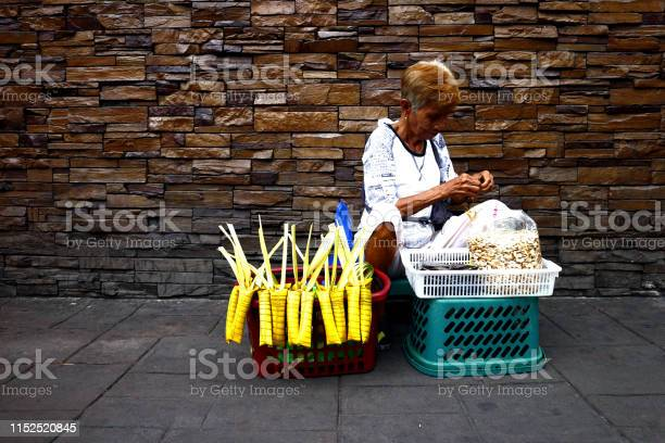 Street vendor sells a filipino delicacy called suman and toasted picture id1152520845?b=1&k=6&m=1152520845&s=612x612&h=kcbdt iyzn uycrs7cfnculewqorifxn5qw4hso  hi=