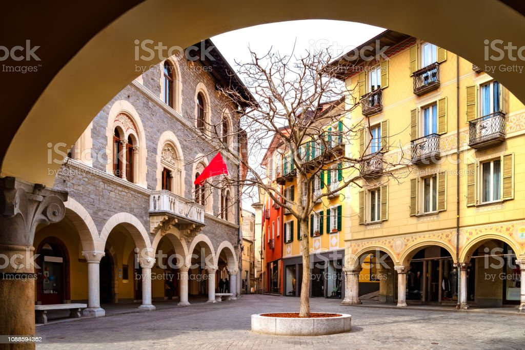 Street view and town hall of Palazzo Civico in Bellinzona, Ticino, Switzerland - foto stock