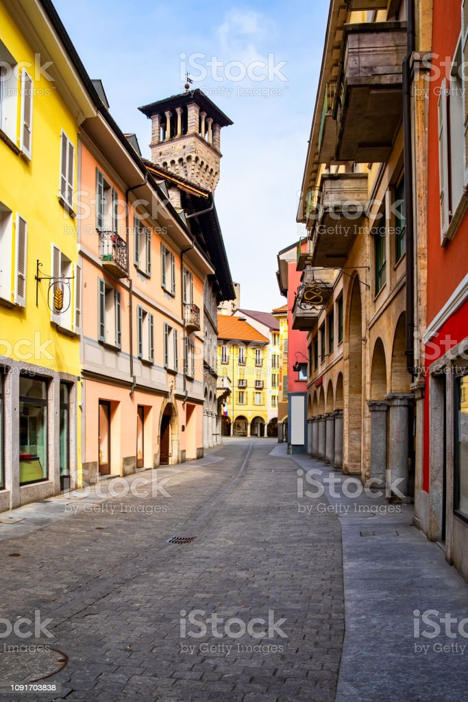 Street view and town hall tower of Palazzo Civico in Bellinzona, Ticino, Switzerland - foto stock