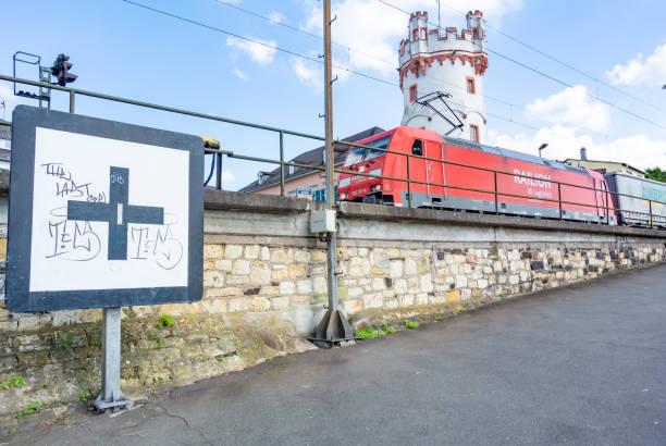 straßenansicht in rudesheim - jugendherberge rheinland pfalz stock-fotos und bilder