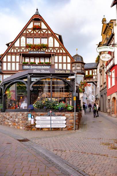 straßenansicht in rudesheim, deutschland (rüdesheim am rhein) - jugendherberge rheinland pfalz stock-fotos und bilder