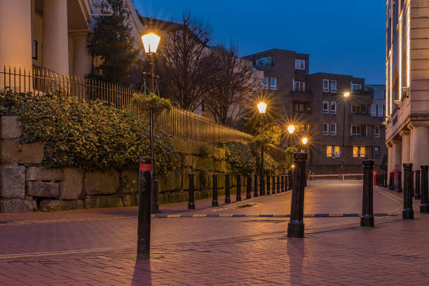street view at sunset with a cobblestone road in wapping district of east london, england, near tower bridge - ivy corporate building imagens e fotografias de stock