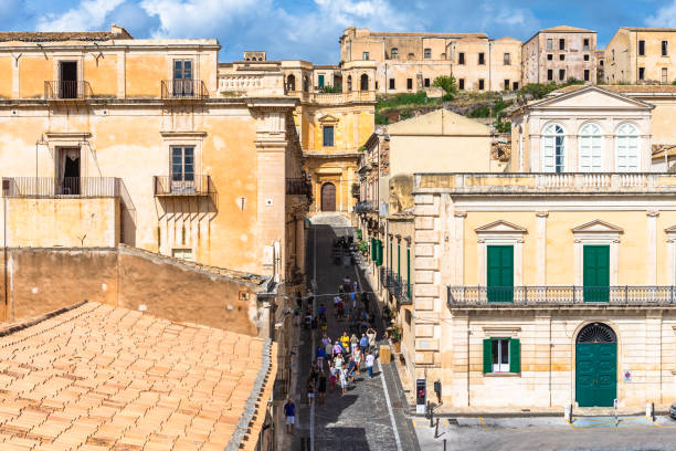 straatmening in noto, sicilië, italië. - noto sicilië stockfoto's en -beelden