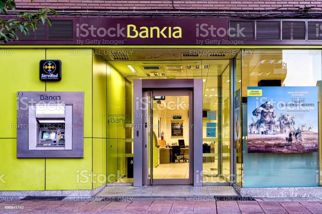 Vista a la calle de la oficina del banco Bankia en Ponferrada, España. - foto de stock
