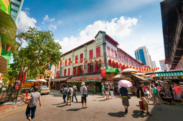 vista della strada della città cinese a singapore - mercato luogo per il commercio foto e immagini stock
