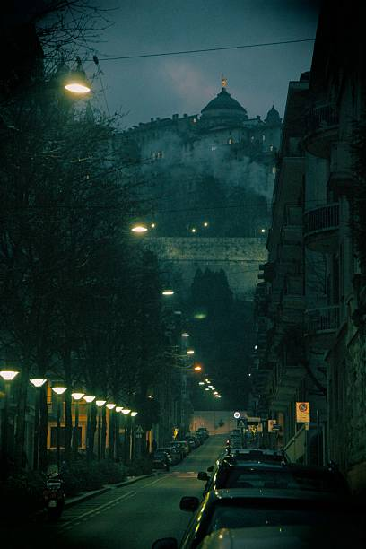 vista da rua da città allta em bergamo, itália - lombardia - fotografias e filmes do acervo