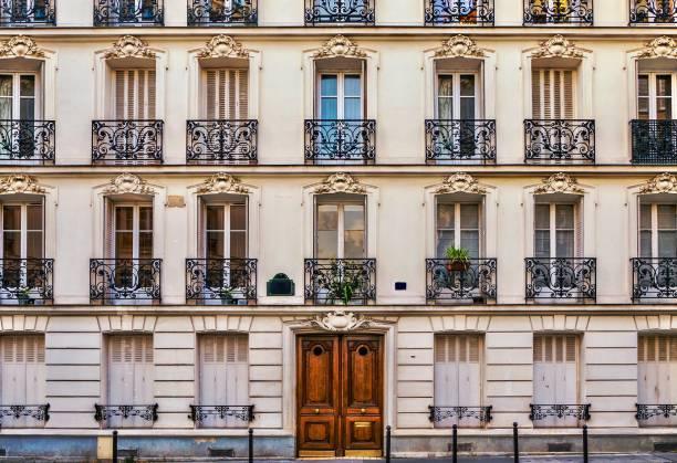 street view von der eleganten fassade eines alten mehrfamilienhauses in einer wohngegend von paris. vintage-stil foto. - fensterfront stock-fotos und bilder