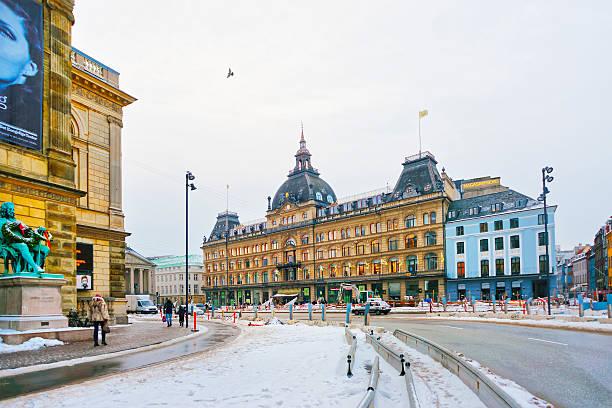"""blick auf die straße auf """" magasin""""  du nord im winter - hotels in kopenhagen stock-fotos und bilder"""