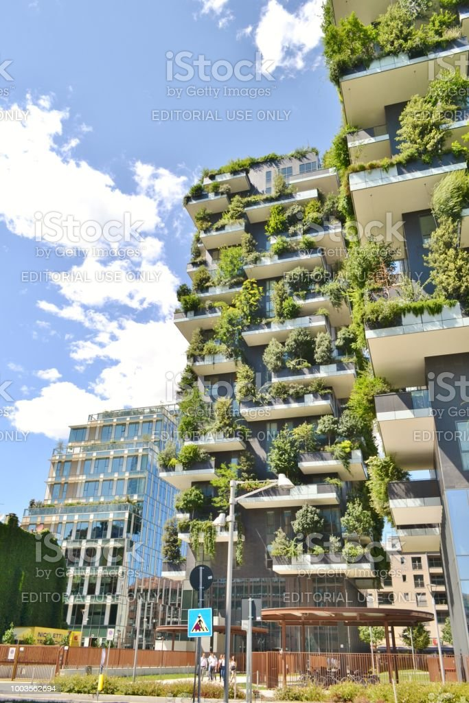 Street view to modern Milan expensive ecological residences - Bosco Verticale. - foto stock