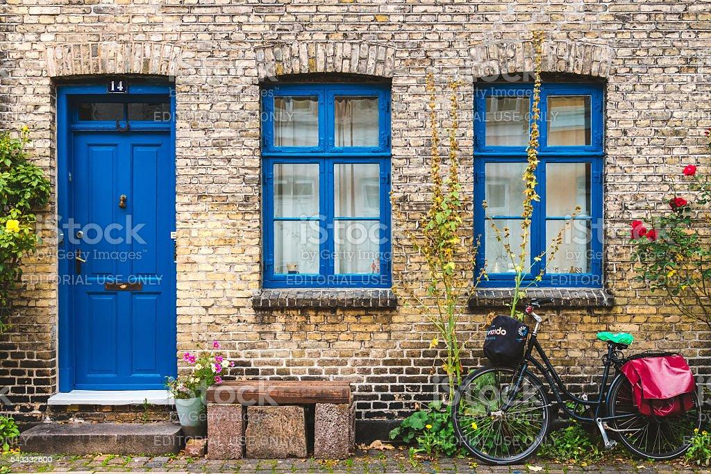 Calle, pared y bicicleta en Copenhague, Dinamarca. - foto de stock