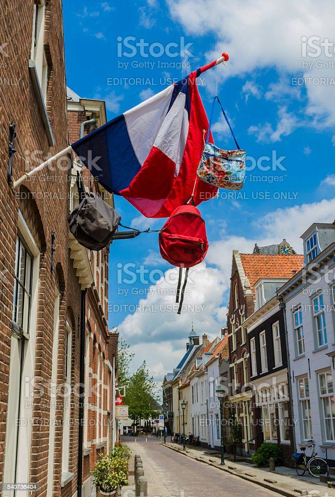 Calle con bandera holandesa y bolsas - foto de stock