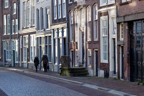 Straat met historische gebouwen in Dordrecht foto