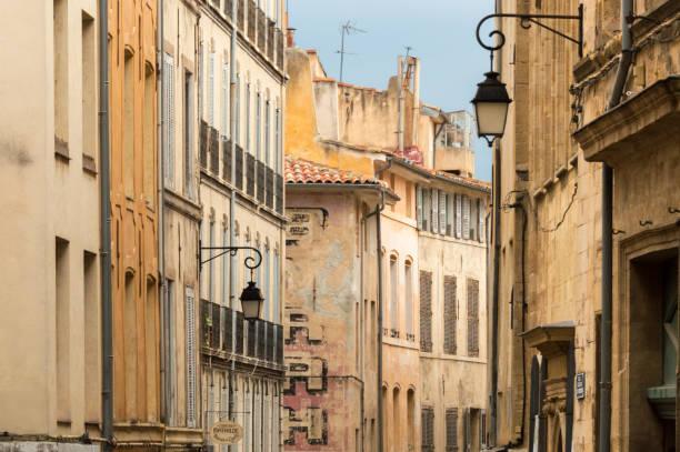 rue de lanternes et publicité ancienne dans le centre historique d'aix-en-provence, provence, france - aix en provence photos et images de collection