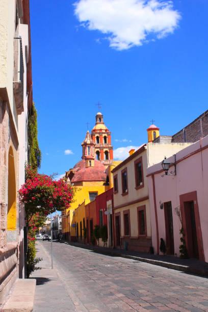 calle con edificios medievales, querétaro, méxico - queretaro fotografías e imágenes de stock
