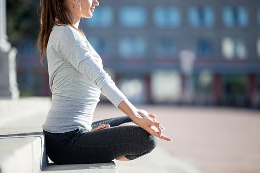 Straßeyoga Meditation Stockfoto und mehr Bilder von Achtsamkeit - Persönlichkeitseigenschaft