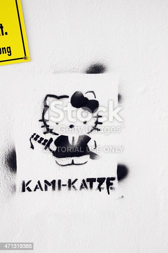 istock Streetart graffiti of a comic cat kami-katze 471319385