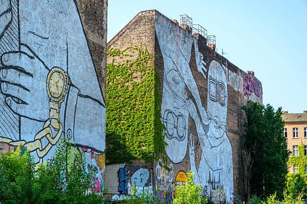 street artist in berlin - kreuzberg stock-fotos und bilder
