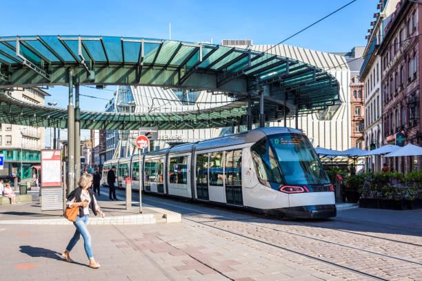 Un tramway stationné à la station de tram Homme de Fer à Strasbourg, France. - Photo