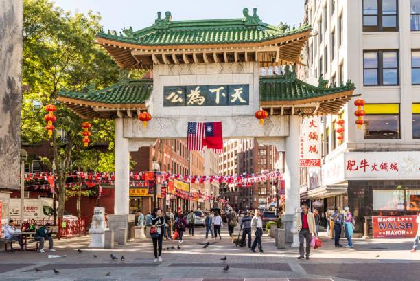 straatleven in chinatown in boston. dit gebied is een van de oudste steden van china in de vs en peope binnenkomen via een chinese poort - chinatown stockfoto's en -beelden
