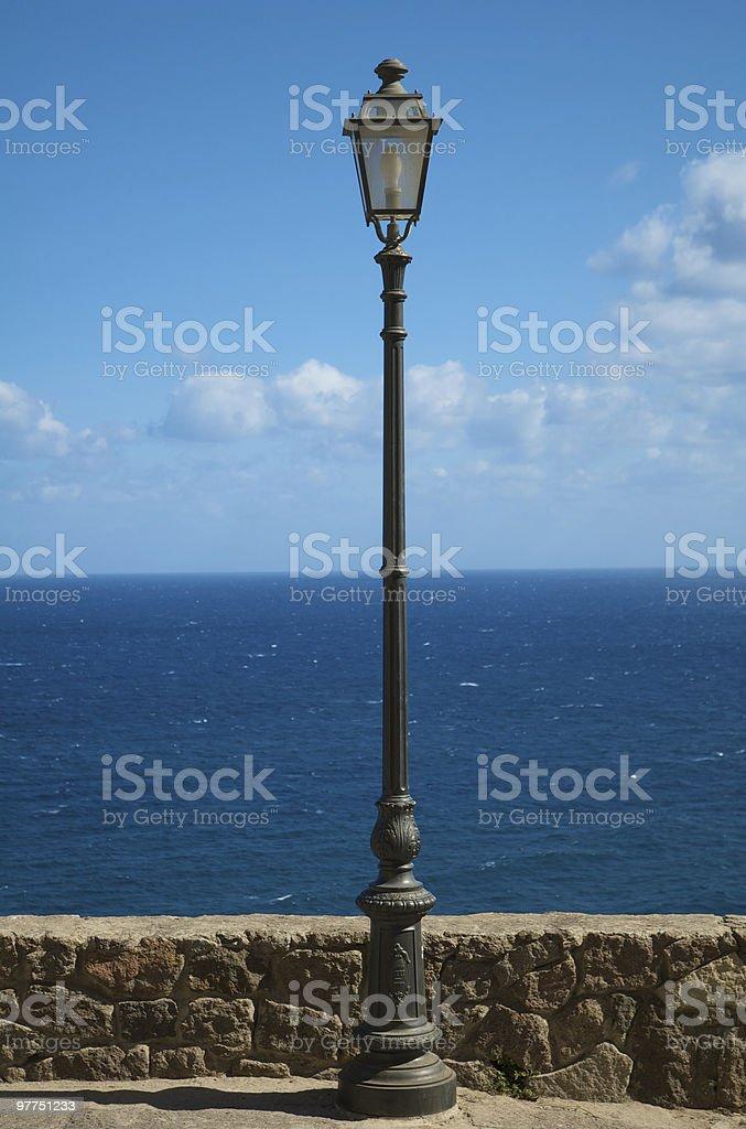 Streetlight allineato al mare - foto stock