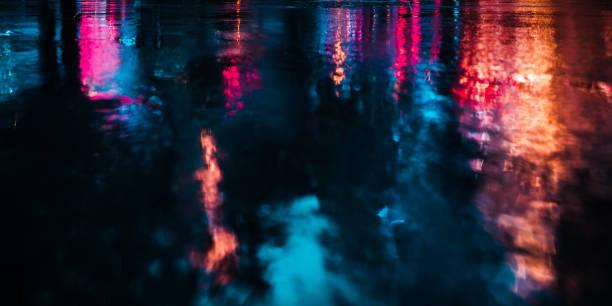 紐約街道後雨濕瀝青的思考 - 霓虹燈 個照片及圖片檔