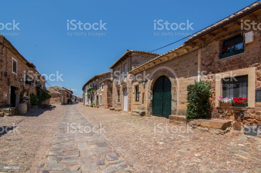 Calles y plazas de la aldea medieval de Castrillo de los Polvazares en León - foto de stock