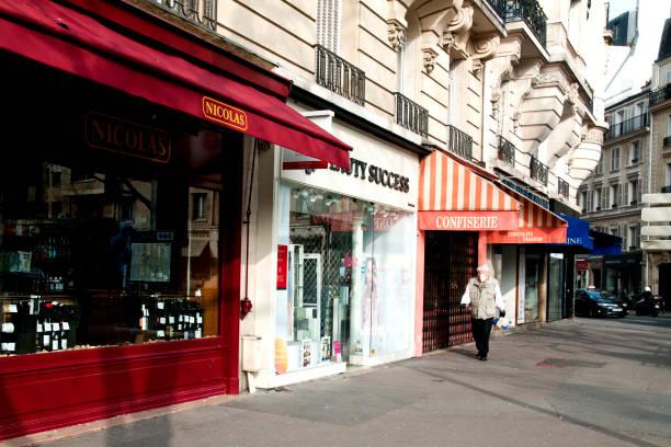 straten leeg in parijs, tijdens pandemie 2020 in europa. - avondklok stockfoto's en -beelden