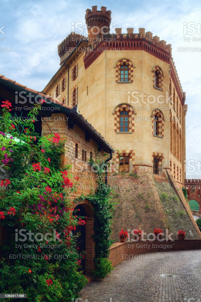 Streets of Barolo (Piedmont, Italy) with the town and the medieval castle - foto stock