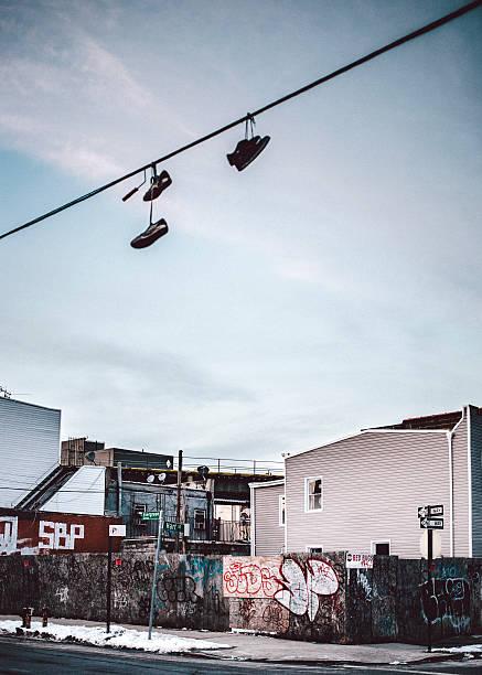 straßen von bushwick, brooklyn, new york. - kabelschuhe stock-fotos und bilder