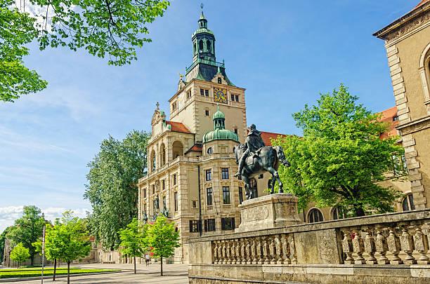 streetview-auf luitpold prinzregent statue und bayerische nationalmuseum münchen - kleinere sehenswürdigkeit stock-fotos und bilder