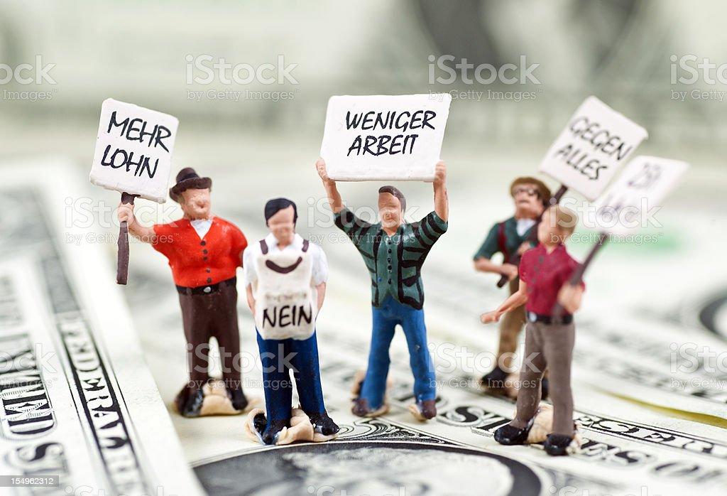 Streikende Männchen auf Dollarnoten Mehr Lohn weniger Arbeit stock photo