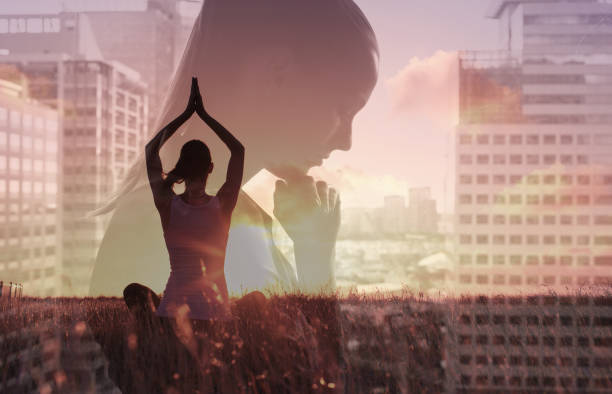 stress-management - yoga fürs büro stock-fotos und bilder