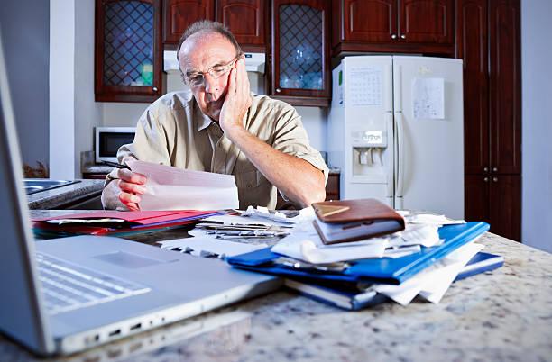 a tensión sobre dinero - embargo hipotecario fotografías e imágenes de stock