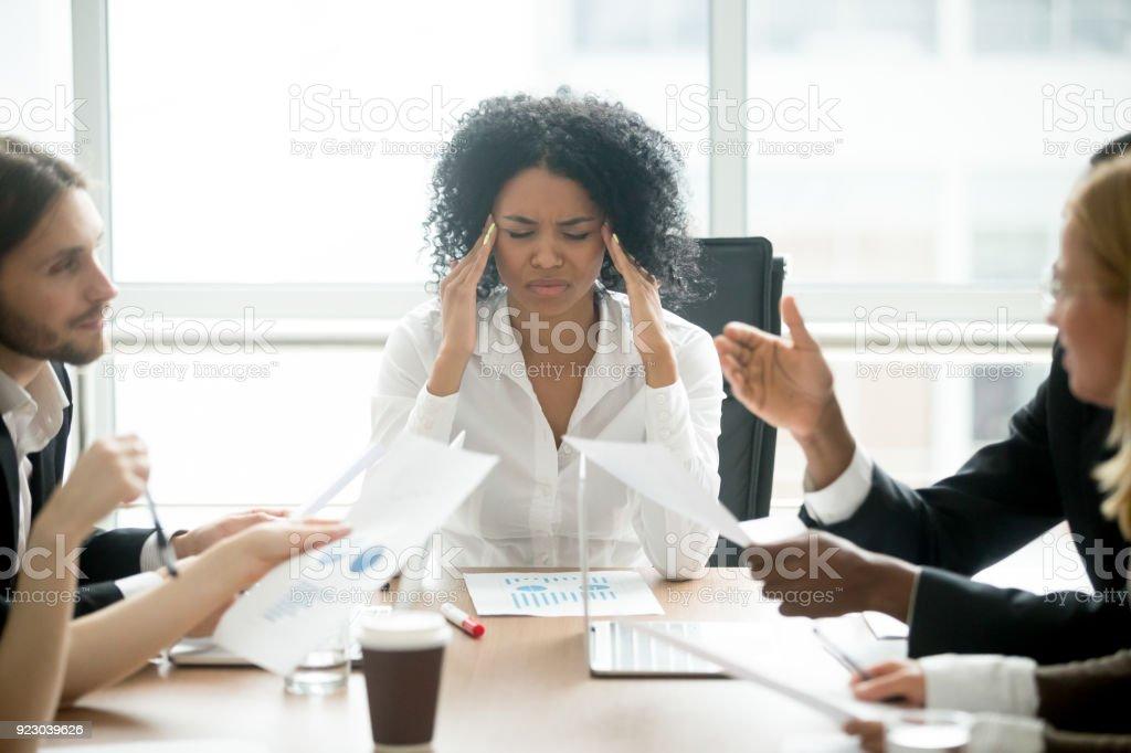 Betonte afrikanischen Geschäftsfrau müde oder leiden unter Kopfschmerzen bei treffen – Foto