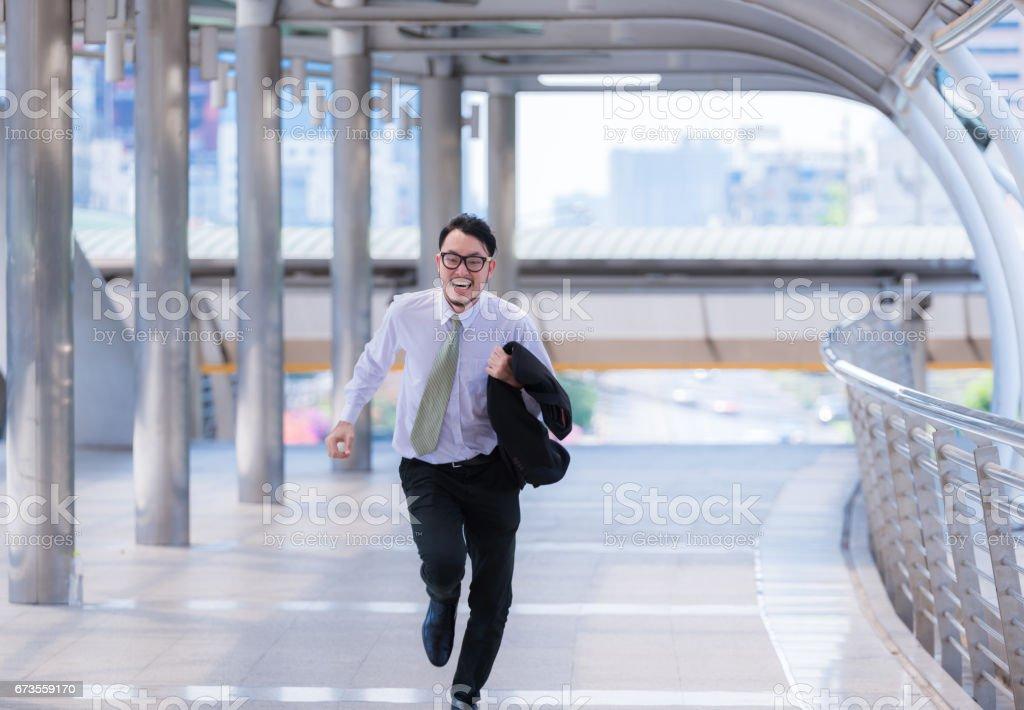 Sublinhou o empresário ansioso com pressa e correndo, ele está atrasado para seu encontro de trabalho e desgaste uma camisa durante a execução. - foto de acervo