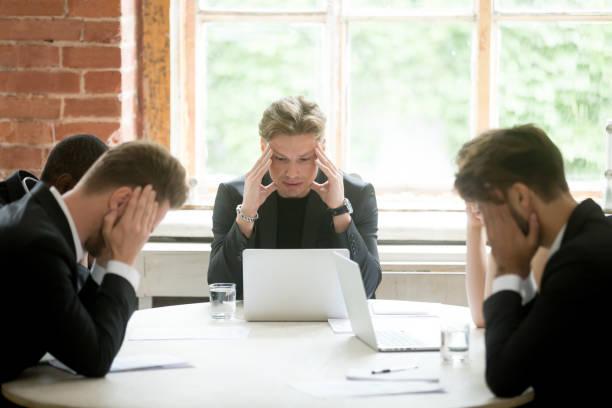 betonte boss executive teams suchen business-problem-lösung bei treffen - fehler problem stock-fotos und bilder