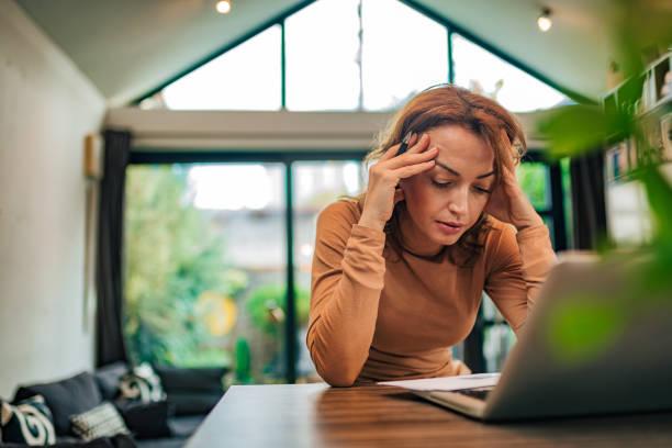 Mujer de negocios estresada mirando carta recibida, retrato, copiar espacio. - foto de stock