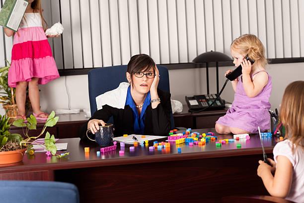 betonte business frau arbeitet mit kindern im büro - fails zum thema eltern stock-fotos und bilder