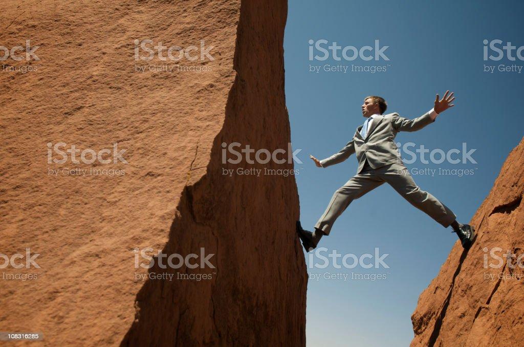 Betonte Geschäftsmann Gleichgewicht zwischen Felsen im Freien - Lizenzfrei Anzug Stock-Foto