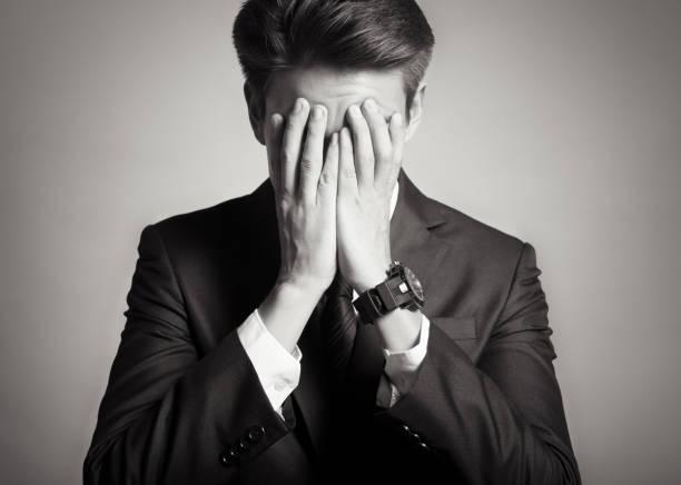 betonte geschäftsmann  - bedauern stock-fotos und bilder