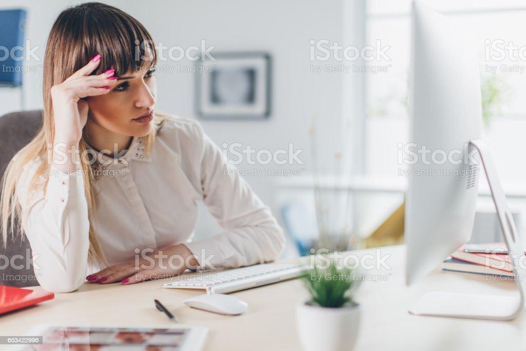 Gestresste Geschäftsfrau im Büro – Foto