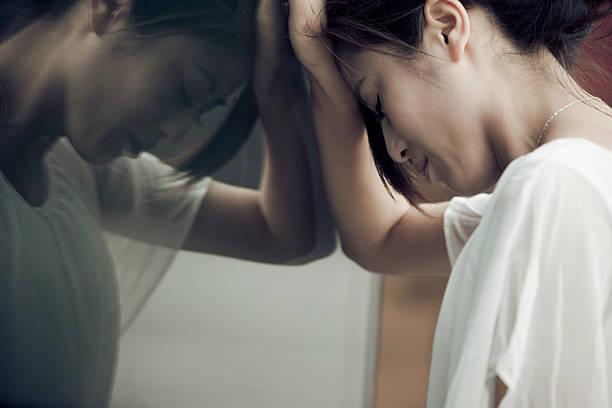 ストレスのたまった壁には、壁のビジネスウーマン - 女性 落ち込む ストックフォトと画像