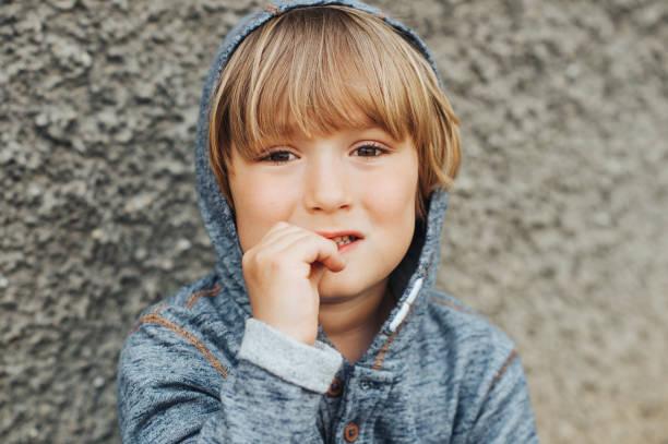 Gestresste Kinder beißen Fingernägel, trauriger Kleinkind – Foto