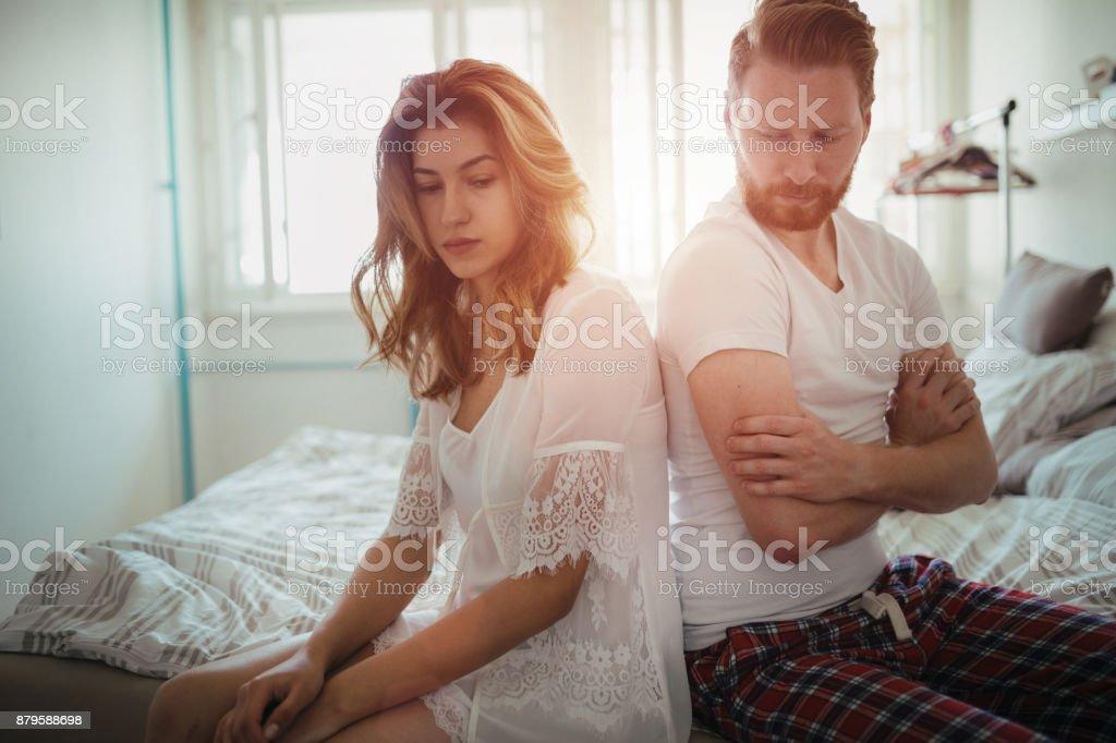 重点を置かれたカップル論争し、結婚問題を抱えて ストックフォト