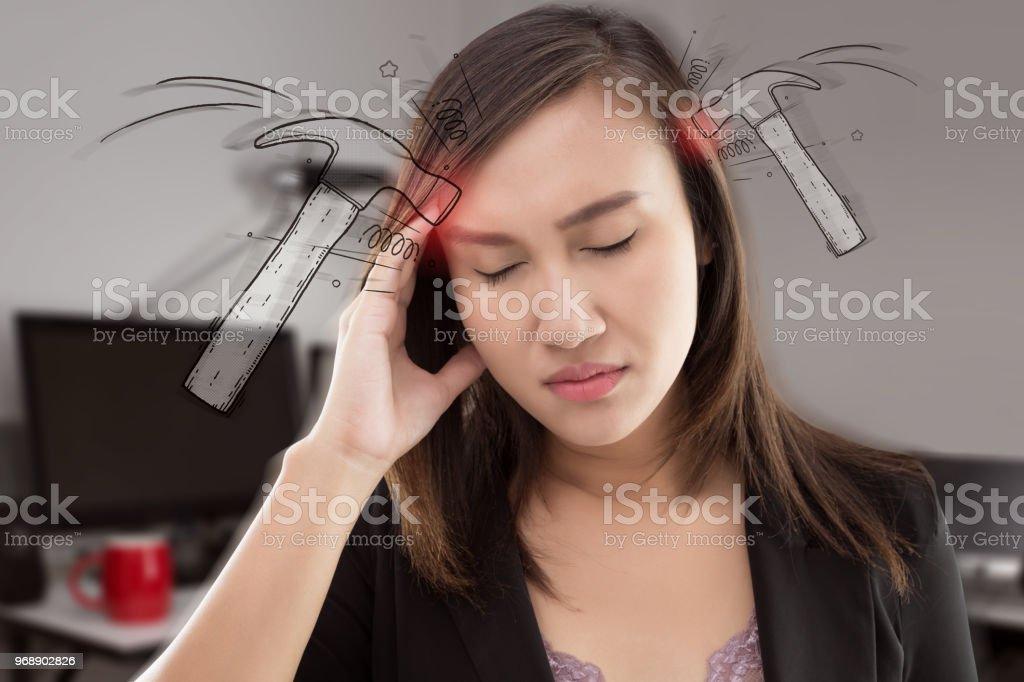 Betonte erschöpft asiatische Frau, die starke Spannungskopfschmerzen im Büro. – Foto