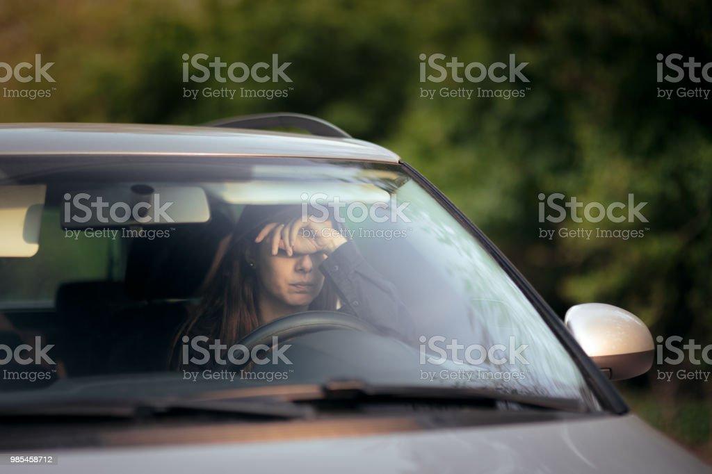 Tensionado de conductor femenino en un viaje de vacaciones de verano - Foto de stock de Accidente de automóvil libre de derechos