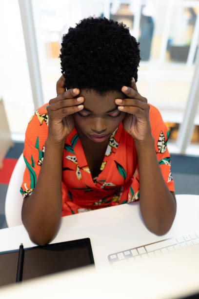 Gestresste Grafikdesignerin sitzt am Schreibtisch – Foto