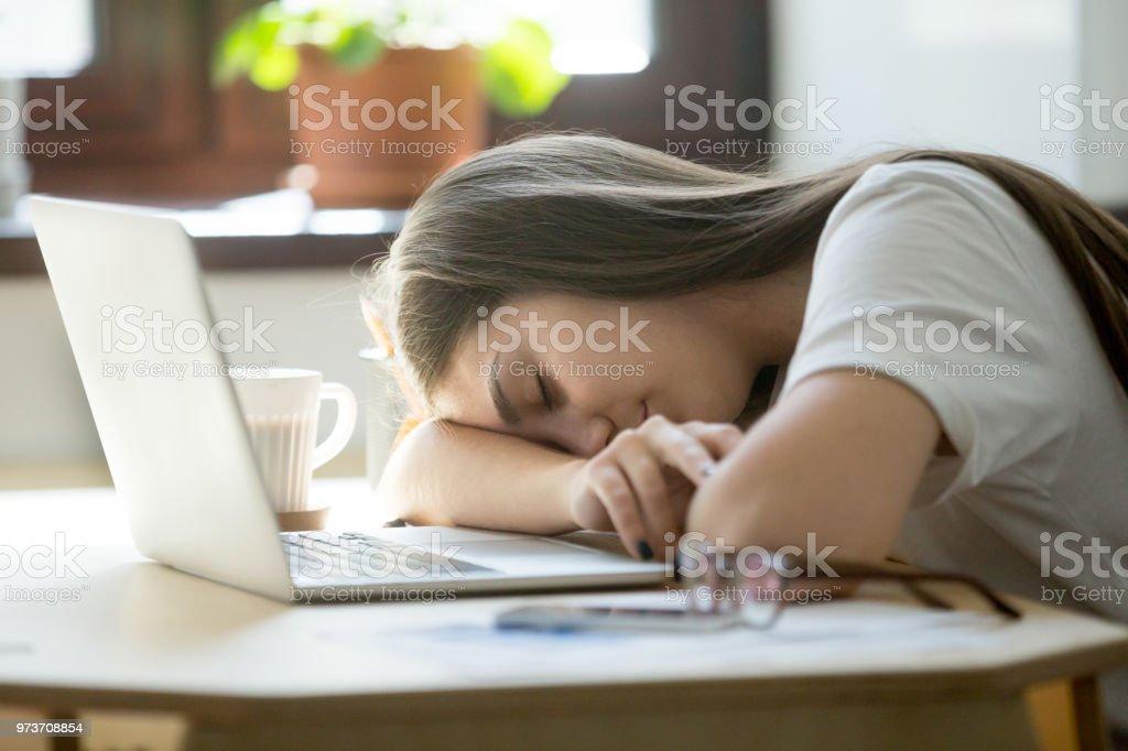 A souligné femelle dormir au bureau u photos et plus d images de