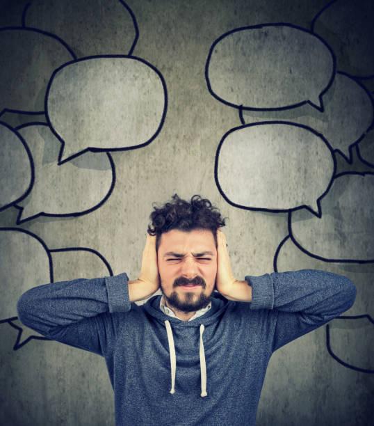 gestresste Manndeckung mit Händen seine Ohren müde von zu viel reden – Foto