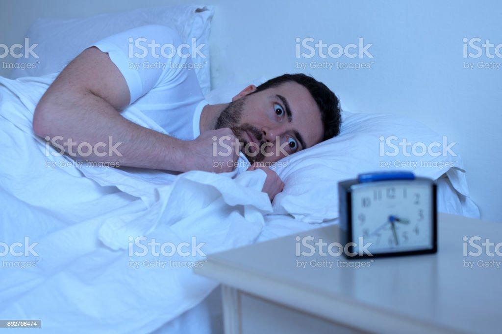 Destacó el hombre que intenta dormir en su cama - foto de stock